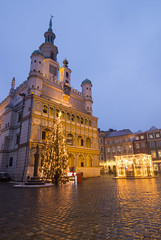 Christmas in Poznan (HansPermana) Tags: poznan posen poland polen greaterpolandvoivodeship wielkopolskavoivodeship city cityscape eu europa europe centraleurope winter december 2017 grospolen rynek oldtown rathaus ratusz bluehour lights reflection christmas