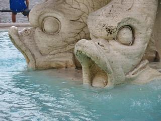 Los delfines que sujetan la enorme concha de Tritón
