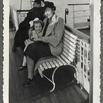Archiv FaMUC233 Münchner Familie, Auf dem Starnberger See, 1930er thumbnail
