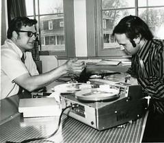 Anglų lietuvių žodynas. Žodis tape-recording reiškia juosta-įrašymo lietuviškai.