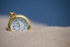 Reloj de arena (javipaper) Tags: clock time tiempo sand arena playa beach cronos gold oro dorado desenfoque profundidaddecampo