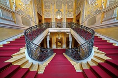 Shifted (Arx Zyanos) Tags: voigtländer hyper heliar voigtländerhyperheliar 10mm sony a7riii ilce7rmk3 a7rmk3 a7rmkiii stairs treppen staircase treppenhaus yellow red light color colors colorful münchen munich architecture architektur palais baroque barock ilce7rm3 a7r3 fullframe