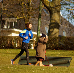 Speedé et relax - Speed and relax (p.franche Photodays Brussels 2018) Tags: man woman snapshot streetshot instantané urbain park people personne gens sport course run okd âgée jeune young dog chien bech banc tree arbre bleu jaune blue yellow frau 女子 여성 kvinde mujer nainen γυναίκα אישה امرأة nő wanita bean kona donna 女 kvinne kobieta mulher женщина kvinna žena หญิง đànbà vrouw bonnet cap