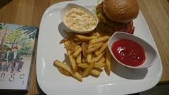 2017-04-20 12.56.47 (Kirayuzu) Tags: davis restaurant riverside wien vienna liesing burger hamburger hausbruger pommes pommesfrites ketchup coleslaw krautsalat essen food manga orange