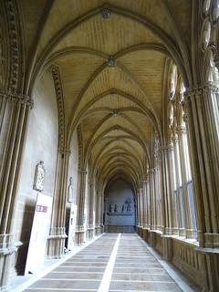 galeria del claustro y escultura gotica Adoracion de los Reyes Magos Catedral de Santa Maria La Real Pamplona