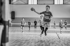 _ALX3767nb (alexfu!?) Tags: handball salle ballon but noiretblanc 50mm 28 iso 1000 nikon d610