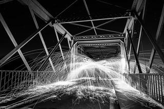 Fuego y chispas en el puente