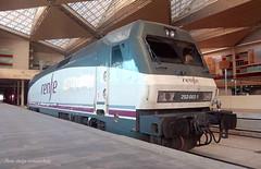 Reservas nocturnas. (Tomeso) Tags: siemens caf renfe uic 252 002 zaragoza delicias spain locomotora locomotive