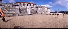 Habana: Plaza de Armas - Castillo de la Real Fuerza (Todron) Tags: kmz kmzhorizont horizont panorama panoramica panoramic filmcamera film 35mm wide wideangle grandangolo fuji fujifilm fujichrome fujichromeprovia100f provia 100asa e6 diapositiva slide transparency epson v600 epsonv600 habana lavana cuba plaza square piazza