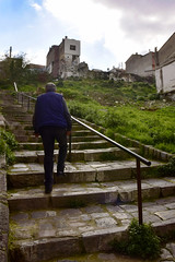 Varyant Izmir (MenetuPhoto) Tags: varyant izmir men city grass oldcity colors green oldmen stairs