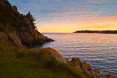À Kerfany-les-Pins - Finistère (BZH) (Mathieu Breizh) Tags: kerfany monde europe france finistère sud bretagne bzh breizh coucher de soleil kerfanylespins roche côte mer océan jaune bleu