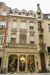 Immeuble dans la rue de l'Alzette (godran25) Tags: europe unioneuropéenne luxembourg luxemburg eschsuralzette architecture architecturecontemporaine immeuble building beige aktuel