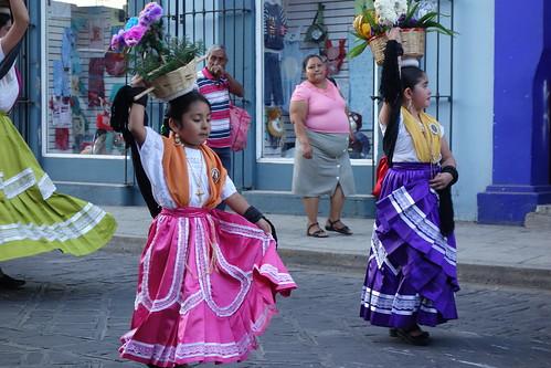 Une petite de la ville de Oaxaca entrain de danser