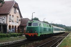 PKP SU45-245 te Gorzów Wielkopolski Wieprzyce op 18-7-2005 (SCAN) by Date J. de Vries - In de zomer van 2005 was ik een paar dagen in Frankfurt am Oder. Vanuit Frankfurt maakte ik korte uitstapjes per trein naar Polen en Tsjechië. De eerste dag (18-7-2005) reisde ik naar het knooppunt Kostrzyn in Polen. Vanuit Kostrzyn gaat een enkelsporige hoofdspoorlijn richting de stad Gorzów. Op deze fraaie lijn reden in 2005 nog getrokken treinen met een Roemeense diesellok van de serie SU45. Hier zien we de SU45-245 binnenkomen met trein 33327 Krzyz-Kostrzyn op het station Gorzów Wielkopolski Wieprzyce.