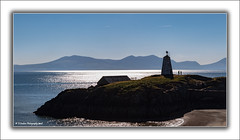Tŵr Bach Beacon/Lighthouse (Fermat48) Tags: anglesey tŵrbach beacon lighthouse northwales llanddwynisland snowdonia mountains beach sea silhouette boathouse sand canon eos 7dmkii ef24105mmf4lisusm