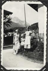 Archiv FaMUC202 Münchner Familie, Tirol, 1930er (Hans-Michael Tappen) Tags: archivhansmichaeltappen berge landschaft scenery outfit kleidung dirndl schürze schuhe damenhut architektur fotorahmen 1930s 1930er
