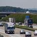 Frankfurt Airport: Lufthansa Flugzeug auf dem Taxiway über der BAB Autobahn 3 am Frankfurt Airport