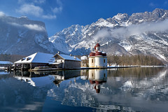 Winter Panorama at Lake Koeningssee, Bavaria (W_von_S) Tags: königssee koenigssee lake see bavaria bayern watzmann landschaft landscape panorama paysage paesaggio winter winterlandschaft winterpanorama alpinewinterpanorama alpen alps germany deutschland wasser water stbartholomä stbartholomew church kirche halbinsel penisula mountains berge wolken clouds himmel sky snow schnee wvons werner sony sonyilce7rm2 februar february 2018 outdoor spiegelung reflections boot boat
