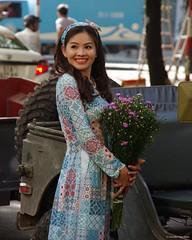 IMGP2138 Street Portrait (Claudio e Lucia Images around the world) Tags: portrait lady smile smiling beautiful street hochiminh saigon vietnam pentax pentaxk5 pentax18135