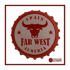 Far West Lucky Red (J.Gargallo) Tags: farwest west bull spain almeria toro chapa cerveza beer bier canon canon450d eos eos450d tokina tokina100mmf28atxprod 450d macro macrofotografía marco framed white red