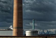 Dicke Wolken über Frankfurt... (hobbit68) Tags: frankfurt am main clouds wolken industriegebiet industry industrie schornstein
