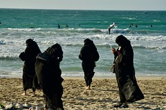 "Dubai, January 2018 (Waldek Przybylek) Tags: hidjab covered ""allblack"" beach arabwomen dubaj dubai emirates emiraty"