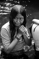 (cherco) Tags: portrait reflejos reflexions retrato water agua girl niña cold frio drop gota hands manantial religion look grayscale blackandwhite blancoynegro ball indonesia wet mojada light luz espiritual spiritual composition canon 5d markiii