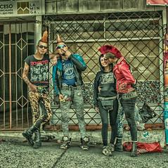 Jóvenes visitas, Castro - Chiloé - Chile (Fotografía transición) Tags: punkies punks punkys chiloe castro tribus amigos hermanos hermandad moicano ropajes turistas tribu expresión libertad indumentaria