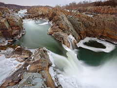 Great Falls: Through the notch (Shahid Durrani) Tags: great falls potomac virginia waterfall ice winter