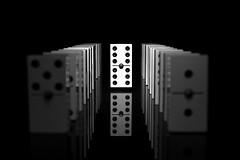 Levitación (Osruha) Tags: levitació levitación levitation dominó dòmino dominoes blancoynegro blancinegre blackandwhite bn bw bnw monocromo monocrom monochrome ficha fitxa piece nikon nikonistas d750