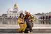 La petite-fille et son grand-père, complicité en jaune et noir. (S. Torres) Tags: familly famille newdelhi connaughplace inde india delhi religion sikh temple worship prayer gurudwarabanglasahib