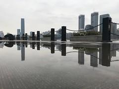 Shanghai dans une flaque d'eau (Sophie et Fred) Tags: sinarmascenter quais pudong mirror miroir reflet gratteciel skyscraper reflection riverbanks huangpu shanghai
