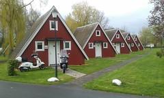 schwedischer Dreispitz (QQ Vespa) Tags: schweden öresund nurdachhaus cottage landskrona sweden südküste gts300 vespa schwedenhaus