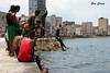 Saltos desde el Malecón (Eva Cocca) Tags: malecón lahabana cuba salto jump gente people havana travel viajes
