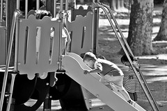 A contre-courant (just.Luc) Tags: bn nb zw monochroom monotone monochrome bw garçon boy jongen junge knabe knaap enfant kind kid child niño meisje fille girl mädchen menina chica kinderen children kids enfants speelplein terraindejeu spielplatz playground lyon rhônealpes france frankrijk frankreich francia frança spelen playing jouer enfance