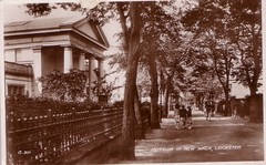 (Ferencdiak) Tags: street girls leicester postcard museum fence people képeslap anglia lányok múzeum sétálóutca