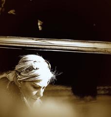 Reflejo en sepia (Felipe Sérvulo) Tags: sepia chica muchacha señora retrato mujer