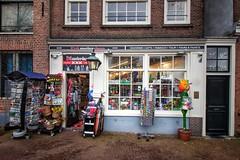 Souvenirs uit Amsterdam (kokorage) Tags: amsterdam niederlande netherland typisch typical souvenir store geschäft bunt gifts tulip geschenke stadt city urban buildings house street autumn