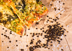 Delicious Pizza (Theo Crazzolara) Tags: pizza food foodporn italian italy spinach pees cheese pepper salt delicious beautiful meal veggie vegetarian vegetarisch health healthy diet nutrition dinner lunch wood holzofen holz peas