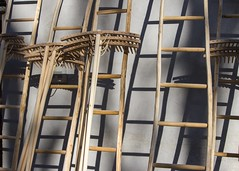 Ombres de la Saint Ours... (Saint Ours shadows) (Larch) Tags: échelle ladder râteau rake outil tool tradition traditional traditionnel objet thing stours saintours foiredelasaintours aoste italie italy italia faitmain handmade line ombre shadow bois wood