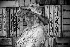 Version noir et blanc Maroc (ichauvel) Tags: maroc morocco noiretblanc blackandwhite portrait chefchaouen chaouen chechaouen rif afriquedunord northafrica africa magreb voyage travel rue streetportraitderue streetportrait cageots marché market femme woman chapeautraditionnel hat expression