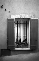 img198 (Jurgen Estanislao) Tags: jurgen estanislao noir black white street photography france travel voigtlaender bessa r4m colorskopar 28mm f35 eastman kodak doublex