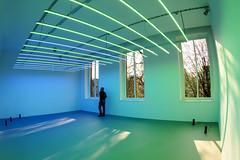3-1-2 (tan.ja1212) Tags: k21 düsseldorf mann man lautsprecher speaker farbe colour fenster windows museum lichter lampen lights lamps schatten shadow