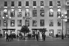 La fachada - The facade (ricardocarmonafdez) Tags: andalucía sevilla cityscape nightshot streets urbanscape ventanas windows fachada facade patrones patterns people lowlight farolas lampposts ciudad city streetphotography monocromo monochrome blackandwhite bw 60d 1785isusm canon