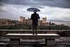 Mirar la Alhambra (Antonio_Luis) Tags: hombre paraguas lluvia dia nublado nubes mirador san nicolas alhambra banco soledad albaicin albayzin patrimonio humanidad unesco monumento castillo alcazaba torre arquitectura street granada andalucia nazari solo skyline