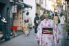 Kimono Girl. Lost. (リンドン) Tags: kimono japan kyoto gion nikon sigma 85mm f14 ex streetphotography 着物 祇園 京都 ニコン 日本 道 女 光 ボケ bokeh