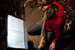 Réglages (mifranc91) Tags: 1435 bassiste concert coulisses d700 lumières musicien nikon scène spectacle troupe zicos