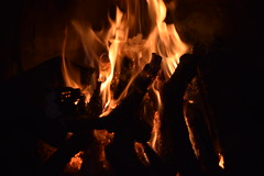 Conocer el amor de los que amamos es el fuego que alimenta la vida.-Pablo Neruda. (SJA Fotografia) Tags: fuego fire chimenea brasas calor fuegohipnotizante winter invierno nikon nikond3300 photografy photo fotografiando foto fotografía capture