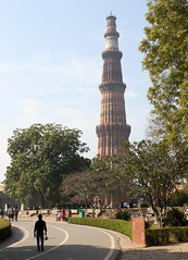 approaching qutub minar (kexi) Tags: delhi india asia qutubminar tower minaret sandstone vertical tall monument history canon february 2017 islam ancient old instantfave architecture