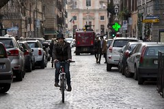 Casual city cyclist (ramosblancor) Tags: humanos humans gente people tribus tribes hombre man chico montandoenbici ridingabicycle calles streets ciudades cities trastevere roma rome italia italy